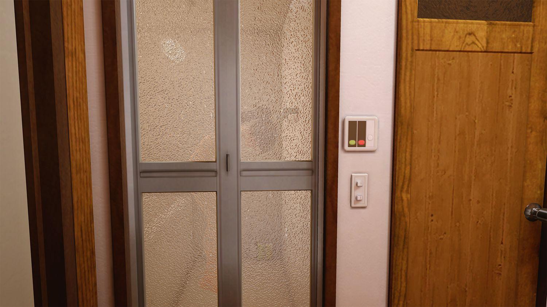これも仕事の一環!?シャワーを浴びる住人を不審者が来ないように見張る仕事!……だろうか?