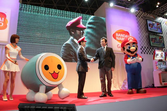 本作のプロデューサーである小林 景氏と任天堂の「マリオカート」シリーズ プロデューサーの紺野秀樹氏によるマリオ帽の贈呈セレモニーが行なわれた