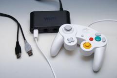 任天堂の「ニンテンドーゲームキューブコントローラ」は新たなスマブラカラーが同時発売されているものの、基本はGC/Wii時代のコントローラーと作りは同じ。Wii Uで